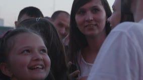 A menina do movimento lento toma a foto com a estrela no concerto da noite video estoque