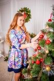 Menina do Natal com presente Fotografia de Stock
