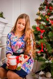 Menina do Natal com presente Fotos de Stock