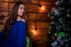 Menina do Natal com presente Foto de Stock Royalty Free