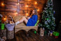 Menina do Natal com presente Imagens de Stock Royalty Free