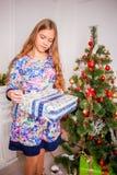 Menina do Natal com presente Fotos de Stock Royalty Free