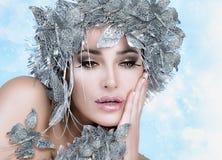 Menina do Natal da beleza com estilista de prata. Rainha do inverno Fotos de Stock Royalty Free