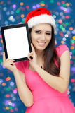 Menina do Natal feliz com tabuleta Fotos de Stock Royalty Free