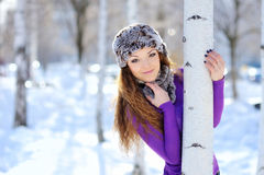 Menina do Natal Neve de sopro da mulher do inverno imagens de stock