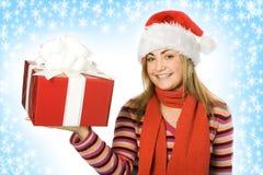 Menina do Natal no chapéu vermelho com presente da caixa Fotografia de Stock