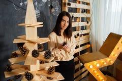 Menina do Natal no interior com velas e luzes foto de stock
