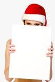 Menina do Natal que sustenta um sinal branco para o copyspa fotografia de stock royalty free