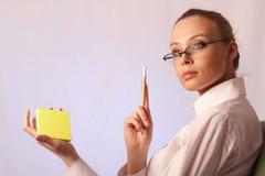 Menina do negócio com etiqueta e um lápis Fotos de Stock Royalty Free