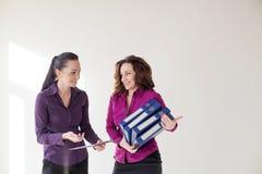 Menina do negócio com os dobradores com originais Imagem de Stock Royalty Free