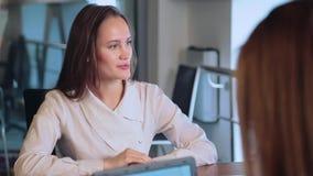 Menina do negócio no escritório
