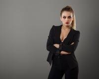Menina do negócio que levanta no estúdio fotos de stock royalty free