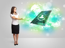 Menina do negócio que mostra o conceito moderno da tecnologia da tabuleta Fotos de Stock