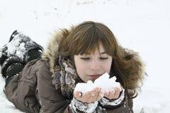 A menina do nise coloca com neve nas mãos Imagens de Stock Royalty Free