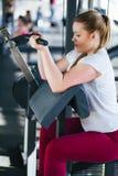 Menina do novato que exercita no gym da aptidão com pesos Foto de Stock Royalty Free
