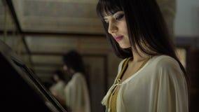 Menina do Oriente Médio marroquina bonita que usa o painel de toque da informação na sala com espelhos filme