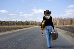 A menina do país com guitarra vai na estrada solitário fotos de stock
