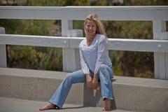 Menina do país em uma ponte Fotografia de Stock