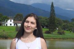 Menina do país perto do lago mountain foto de stock royalty free
