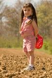 Menina do Pigtail na caça de SCAVENGER foto de stock