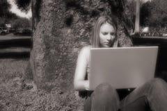 Menina do portátil foto de stock