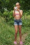 Menina do Preteen com câmara digital imagem de stock royalty free
