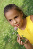 Menina do Preteen com flor do trevo Fotografia de Stock