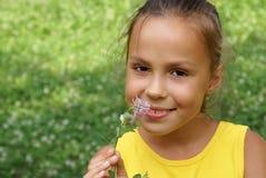 Menina do Preteen com flor do trevo Imagens de Stock Royalty Free