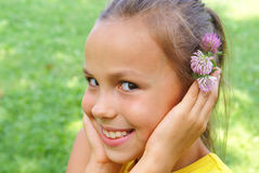 Menina do Preteen com flor do trevo Fotografia de Stock Royalty Free