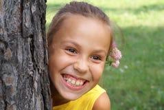 Menina do Preteen com flor do trevo Imagem de Stock