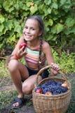 Menina do Preteen com maçãs fotos de stock royalty free