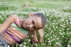 Menina do Preteen no trevo verde Fotos de Stock