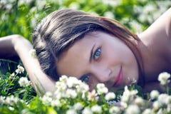 Menina do Preteen no trevo verde Imagem de Stock
