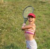 Menina do Preteen que joga o tênis imagem de stock royalty free