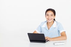 Menina do Preteen que usa o portátil foto de stock royalty free