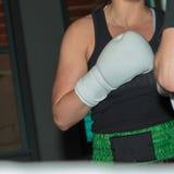 Menina do pugilista no treinamento do encaixotamento no anel com boxe de treino Partn Imagens de Stock Royalty Free