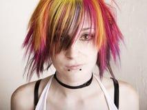 Menina do punk com cabelo brilhantemente colorido foto de stock