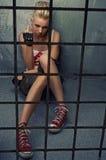 Menina do punk que mostra o dedo médio. Imagem de Stock Royalty Free
