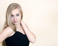 Menina do retrato em um vestido preto Fotos de Stock