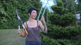 Menina do retrato que levanta com tesouras de jardim vídeos de arquivo