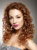 Menina do ruivo com penteado e composição. imagem de stock royalty free