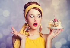 Menina do ruivo do estilo com bolo. fotos de stock