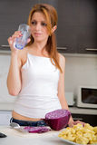 Menina do ruivo que bebe na cozinha fotos de stock royalty free