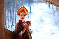 Menina do russo em um kokoshnik Fotos de Stock Royalty Free