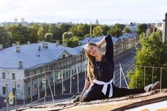 Menina do russo que anda no telhado Fotos de Stock