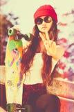 Menina do skater da paz fotos de stock