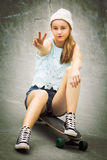 Menina do skater do sinal de paz imagens de stock royalty free