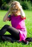 Menina do smiley na grama Imagens de Stock Royalty Free