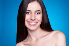 Menina do smiley sobre o fundo azul fotos de stock