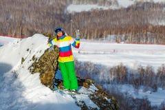 Menina do Snowboarder no centro Metallurg-Magnitogorsk do esqui fotografia de stock